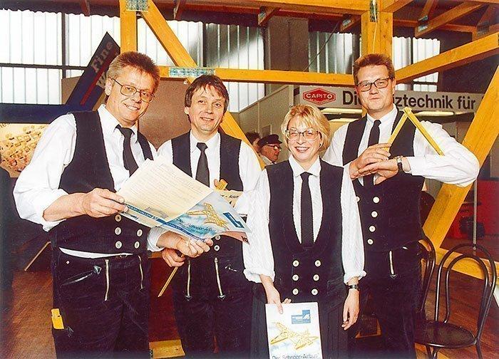 031 – 1991 – Erster Messestand auf der Baumesse in Magdeburg mit Kay Ebe Schnoor, Marion Figgemeier, Lothar Rieck und Erwin Mickan (v.r.n.l.)