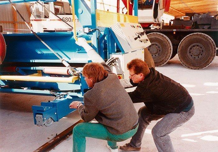 035 – Die erste Binderpresse wird angeliefert und der Chef (rechts) packt selbst mit an