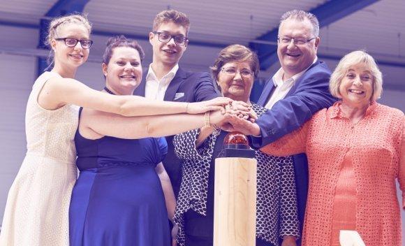 057 – Juni 2016 – Familie Schnoor drückt den Buzzer! Die neue Produktionshalle und Fertigungslinie für den Holztafelbau wird feierlich eingeweiht ...