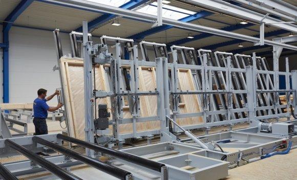 059 – ... Herzstück der neuen Halle ist die moderne Fertigungslinie von Weinmann zur Herstellung vorgefertigter Holztafelbau Elemente
