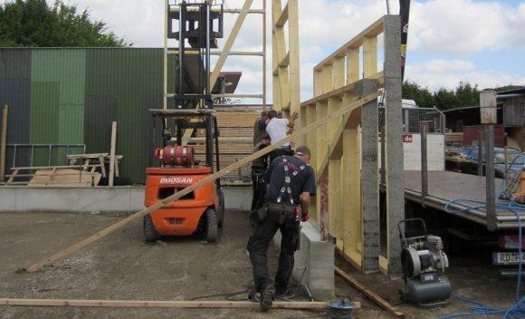 Anlieferung der vorgefertigten Wandelemente für den Neubau einer Halle für die Firma Freese Holz in Wattenbek