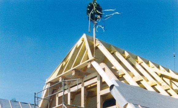 Einfamilienhaus mit Dachkonstruktion von SCHNOOR in Burg