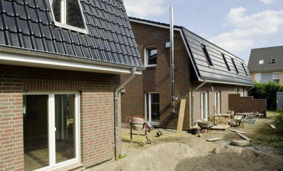 Mansarddach und Holztafelbau in Nagelplattenbauweise bei zwei Reihenhäusern in Reinbek 2