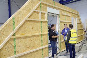 Bauelemente-Hersteller SCHNOOR und der Kunde erarbeiten gemeinsame Standards für die Montage von Fenstern und Türen