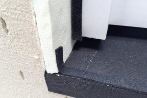 Fenster in Holzbauwand - Dämmplatten werden mit Fugendichtband versehen